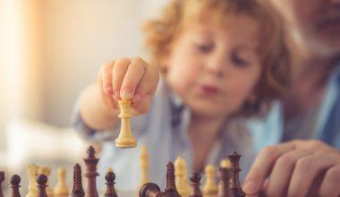 Jak nauczyć dziecko grać w szachy i dlaczego warto?